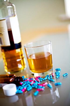 лекарство и бутылка алкоголя