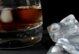 бокал с алкоголем и таблетки