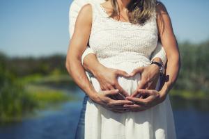 пара, беременная женщина