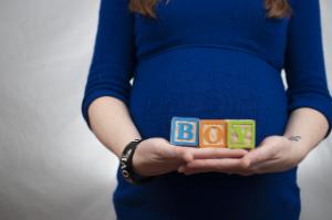 беременная в синем платье