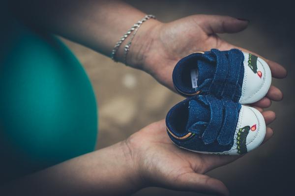 детские ботиночки в руках