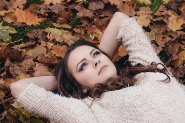 девушка лежит на листьях