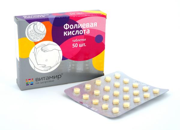 упаковка и таблетки фолиевой кислоты