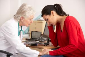 грустная женщина на приеме у врача