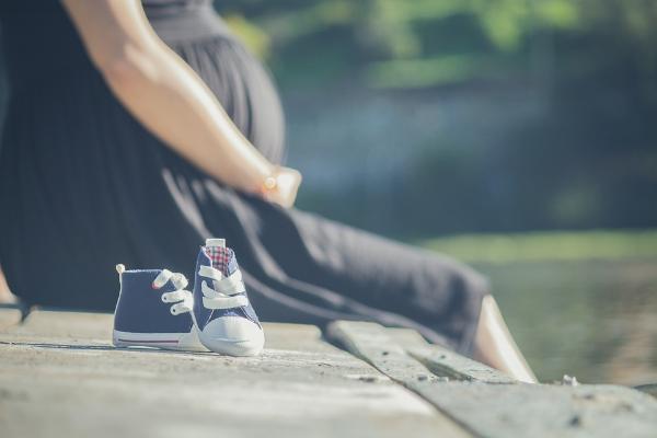 беременная в черном платье и ботиночки