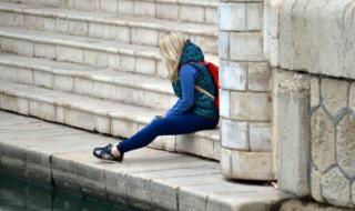 девушка сидит на набережной