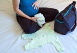 беременная собирает сумку