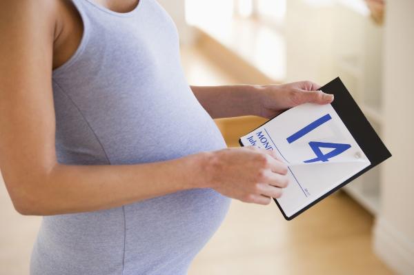 беременная с календарем