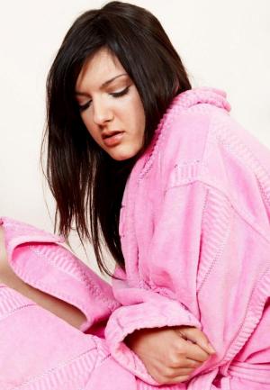 девушка в розовом халате