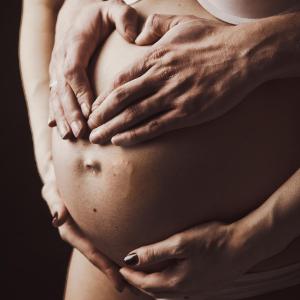 руки на животе беременной