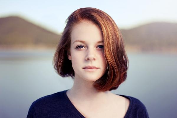 фото девушки на фоне озера