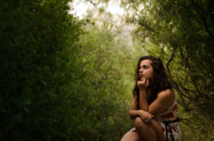 женщина в лесу