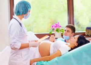 пара рожает с врачом