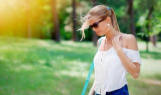 девушка на улице в солнечный день