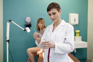 гинеколог берет мазок