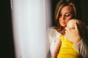 женщина держит ребенка