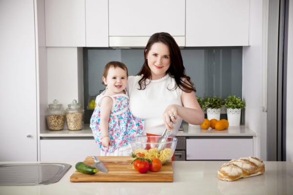 молодая мама на кухне с ребенком