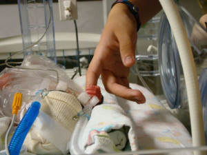 новорожденный в кювезе