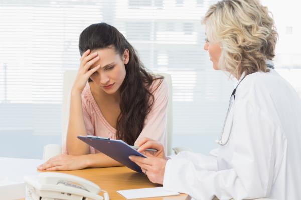 девушка говорит с врачом