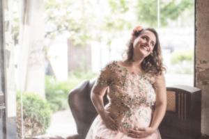 беременная в расшитом платье