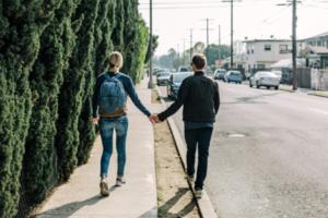 парень с девушкой гуляют
