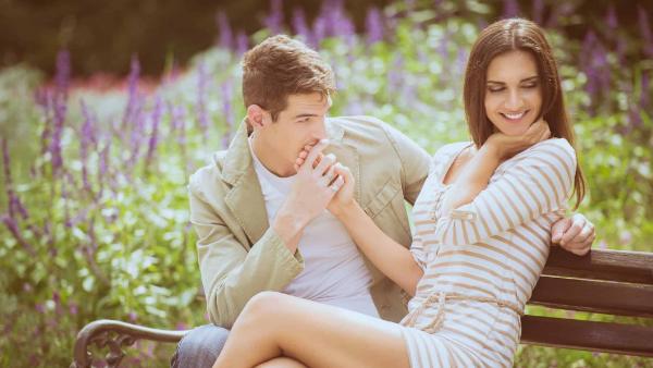 парень и девушка, флирт