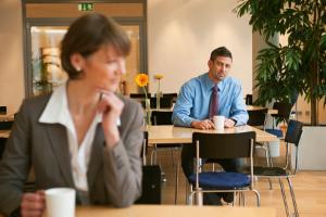 мужчина смотрит на женщину в кафе