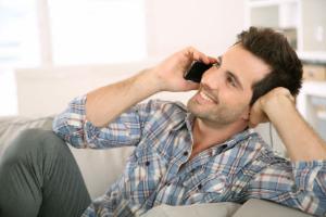 парень говорит по телефону