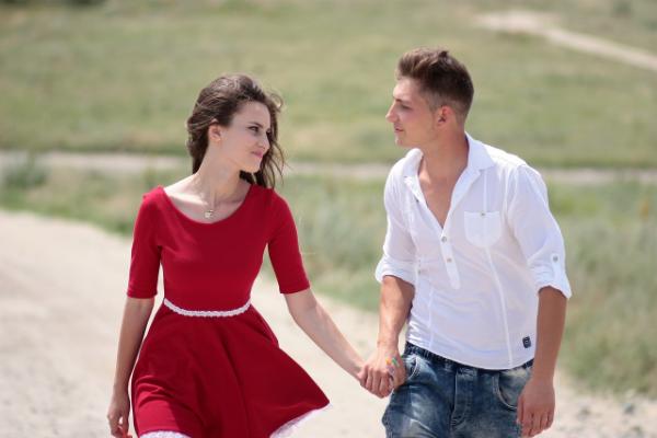 девушка гуляет с парнем