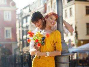 девушка в желтом платье с цветами и парень