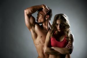 мужчина с мускулами и девушка