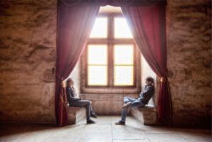 парень и девушка сидят напротив друг друга