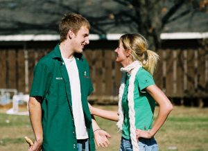 парень и девушка в зеленой одежде