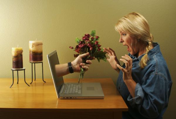букет цветов из экрана ноутбука
