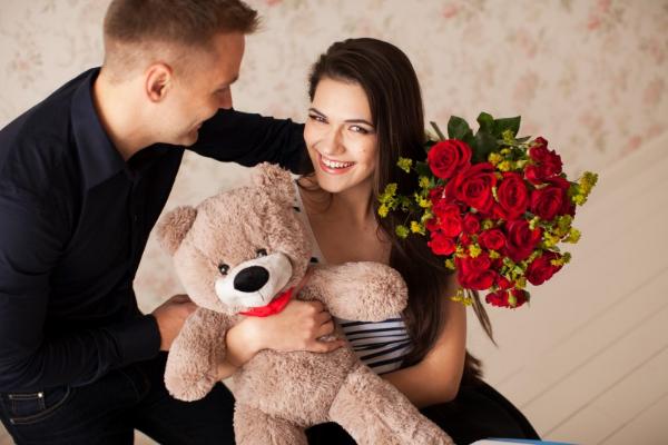 парень подарил девушке цветы и медведя
