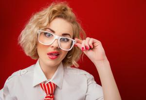 девушка в очках на красном фоне