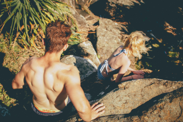 пара спускается по камням