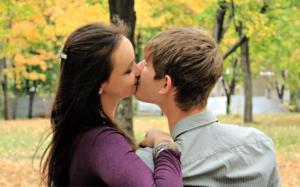 парень с девушкой целуются