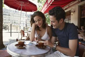 пара с кофе в кафе