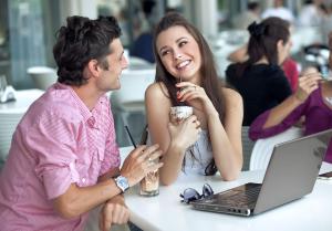 пара в кофе с кофе и ноутбуком