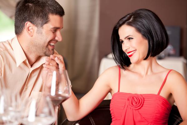 женщина в красном платье с мужчиной