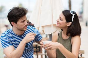 парень и девушка разговаривают