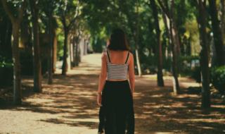 девушка спиной в парке