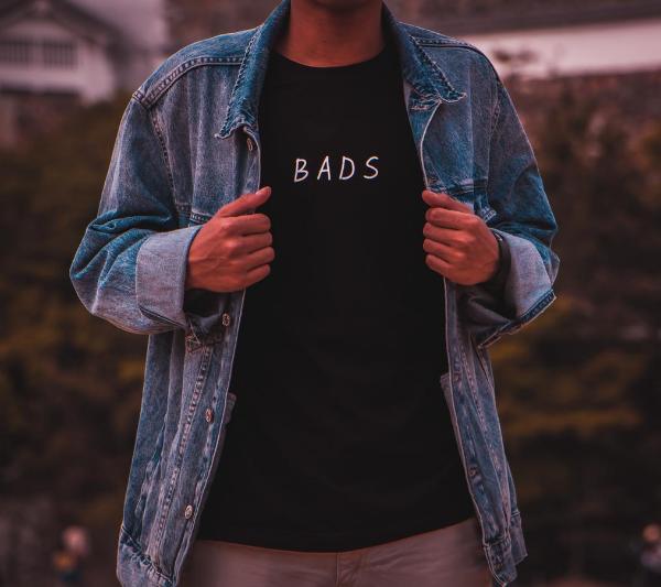парень в джинсовой рубашке
