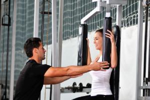 на тренировке в спортзале