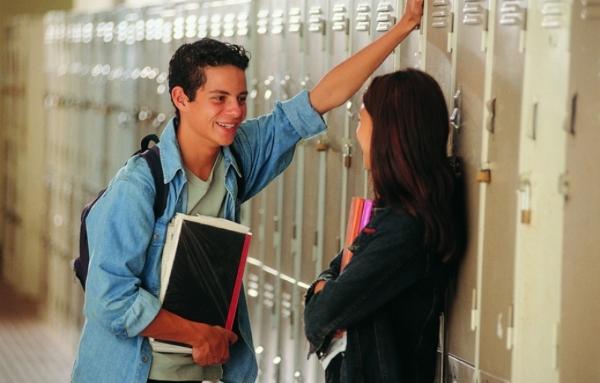 парень и девушка у шкафчиков в школе