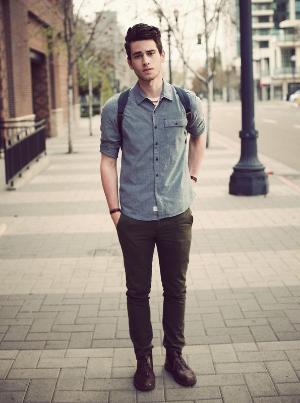 парень с рюкзаком на улице