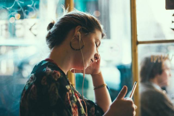 женщина слушает мужыку