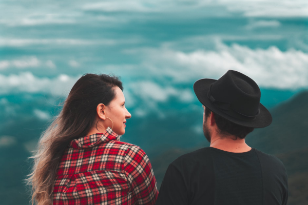 мужчина в шляпе и женщина в рубашке