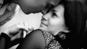 черно белое фото влюбленных